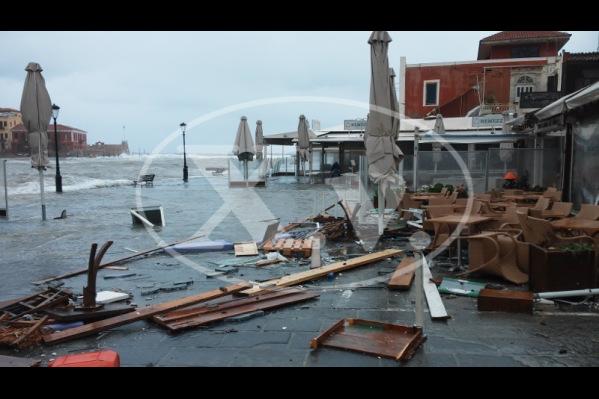 Μεγάλες ζημιές σε καταστήματα στο Ενετικό λιμάνι των Χανίων προκάλεσε η κακοκ