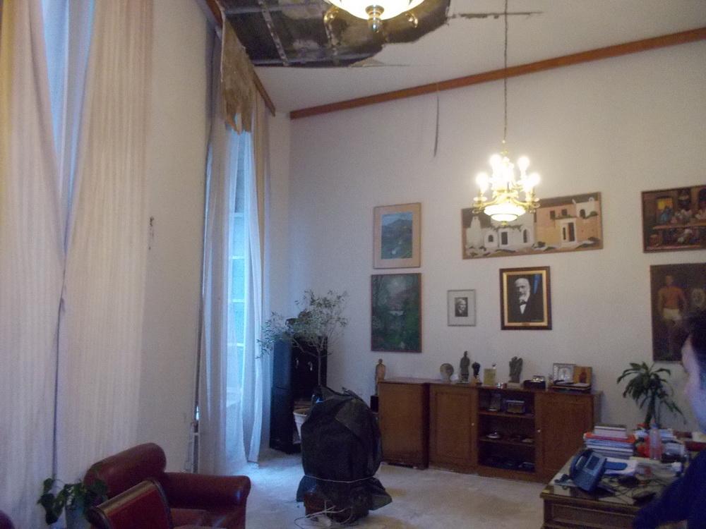Δεν άντεξε στις συνεχείς βροχοπτώσεις το κακοσυντηρημένο κτίριο του Δημαρχείου Ηρακλείου και μέρος της στέγης κατέρρευσε. Συζητείται το ενδεχόμενο εκκένωσης του κτιρίου.