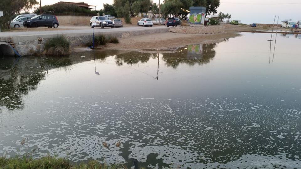 Χανιά: «Λίμνη λυμάτων» ακριβώς δίπλα από λουόμενους στην παραλία του Σταυρού