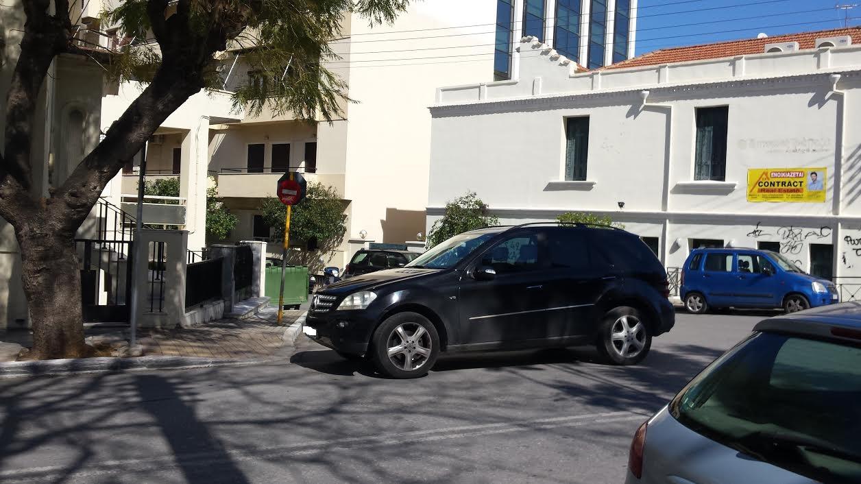 Χανιά: Έγραψε ο γαϊδουρίστας Πάρκαρε την τζιπάρα στη μέση του δρόμου  (Photos)