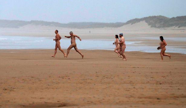 Φωτογραφίες: Εκατοντάδες Βρετανοί υποδέχθηκαν γυμνοί το Φθινόπωρο