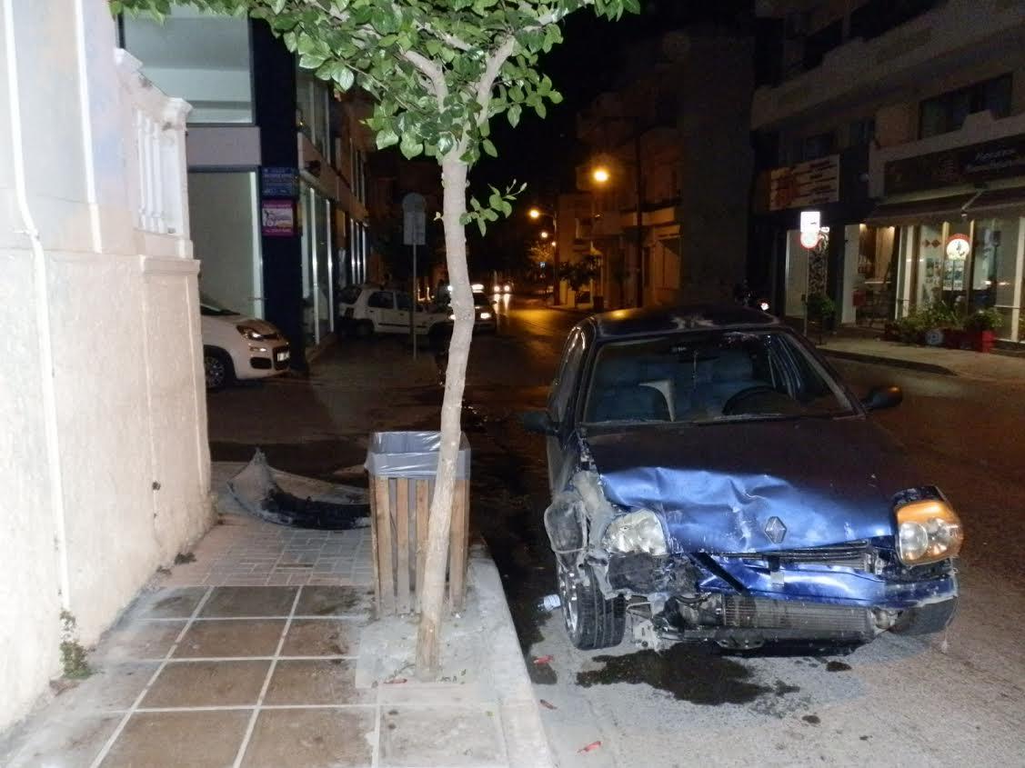 Χανιά: Απίστευτο τροχαίο Ι.Χ έπεσε σε σταθμευμένο αυτοκίνητο και το κάρφωσε σε βιτρίνα καταστήματος (Photos)