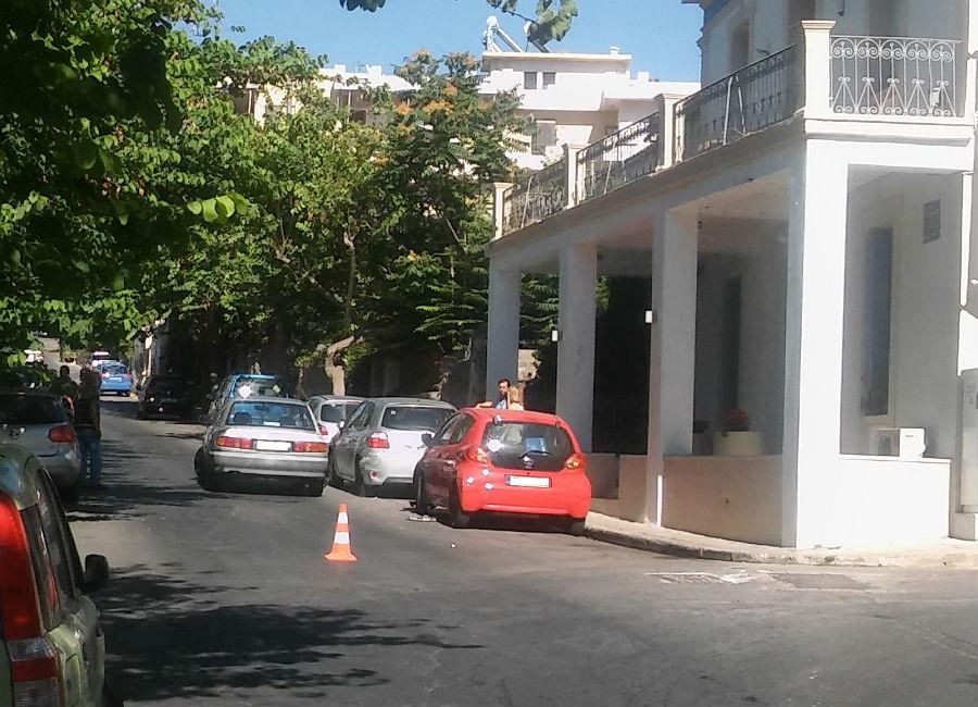 Χανιά: Πήρε παραμάζωμα δύο αυτοκίνητα στην Παπαναστασίου (Photos)