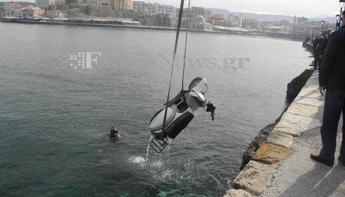 Ανασύρθηκε απο το ενετικό λιμάνι Χανίων η κλεμμένη βέσπα (φωτο - βίντεο)