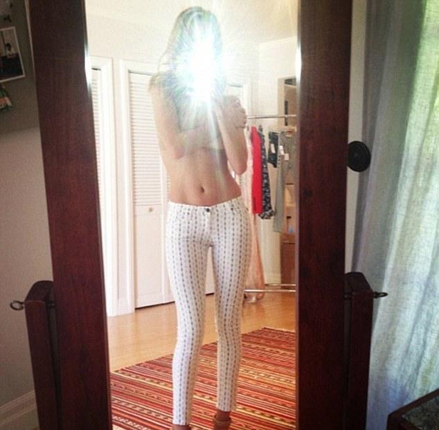 ΠΑΣΙΓΝΩΣΤΟ μοντέλο φωτογραφήθηκε topless στον καθρέφτη του σπιτιού της!