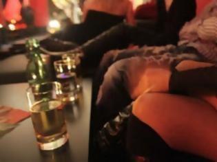 Τον «έπιασαν» με τα παντελόνια κατεβασμένα σε μπαρ στο Γεράνι