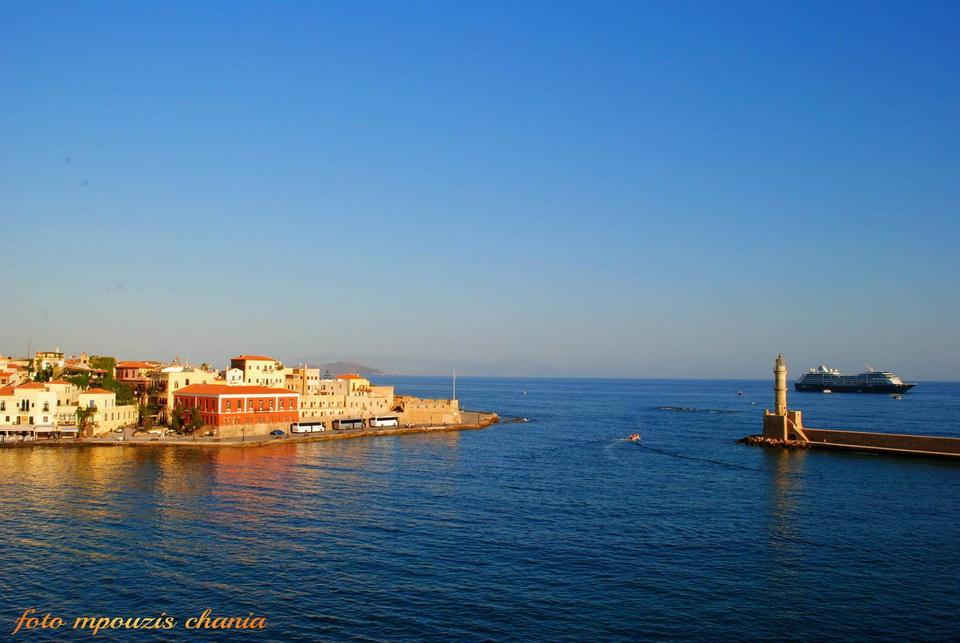 Το κρουαζιερόπλοιο Αzamara έξω από το Ενετικό λιμάνι των Χανίων (φωτο)
