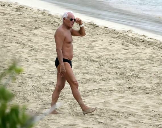 Πάτησε αχινό, στραβοπάτησε και στραμπούληξε το πόδι του ο Georgio Armani στην παραλία του Μητσοτάκη στην Κρήτη