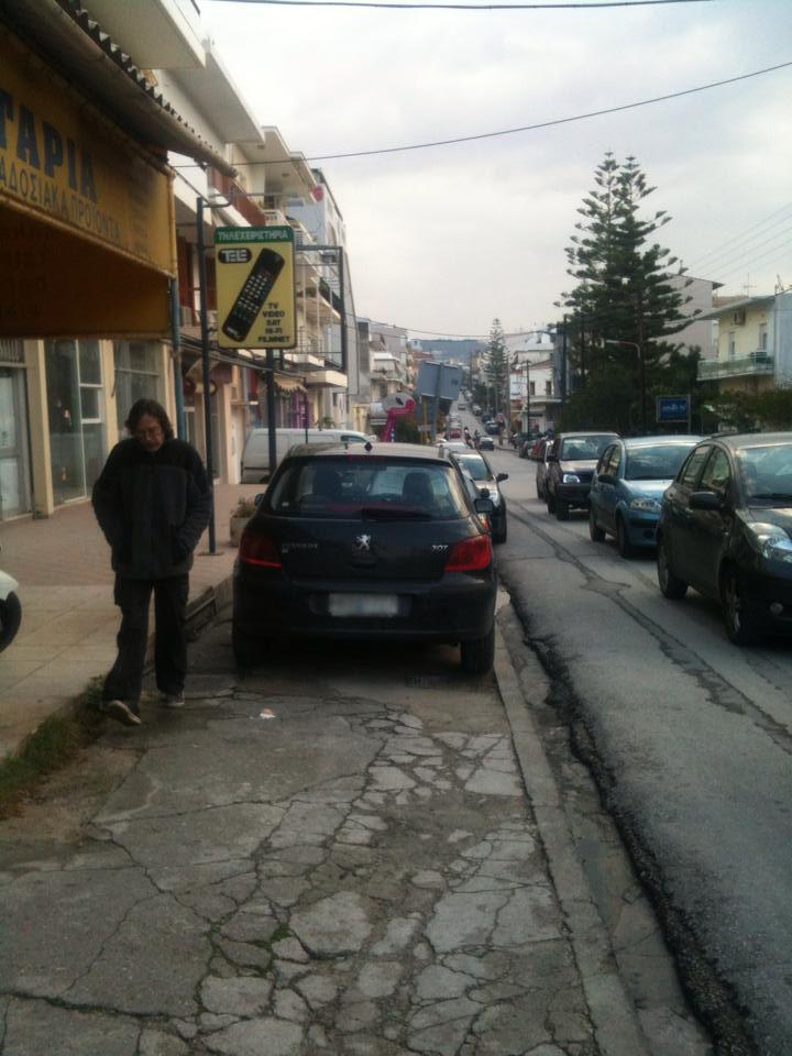 Όταν οι γαιδουρίστες στα Χανιά παρκάρουν στα πεζοδρόμια