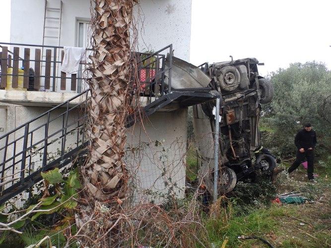 Αυτοκίνητο απογειώθηκε και καρφώθηκε σε σπίτι στα Χανιά - Ένας σοβαρά τραυματίας (photos)