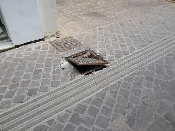 Ένα μήνα τώρα «χάσκει» το φρεάτιο στην Τσουδερών στα Χανιά - Κίνδυνος για τους περαστικούς