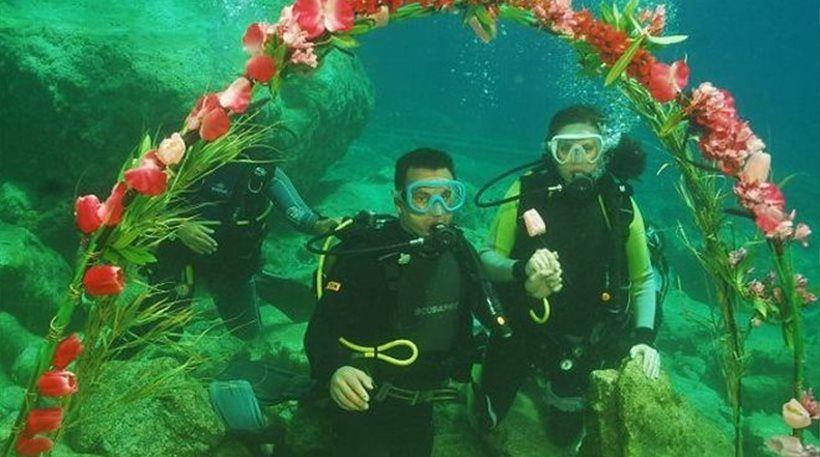 Κρήτη: Ρώσοι έκαναν υποβρύχιο γάμο! (video)