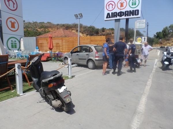 Χανιά: Αυτοκίνητο μπούκαρε στην αυλή καταστήματος (φώτο)