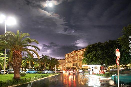 Η πόλη επανέρχεται από την χθεσινή καταιγίδα που έπληξε τα Χανιά (φωτο)