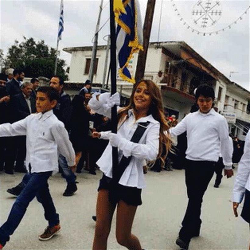 Σημαιοφόρος με «καυτή» φούστα η κόρη της Πάολα! Δείτε φωτο