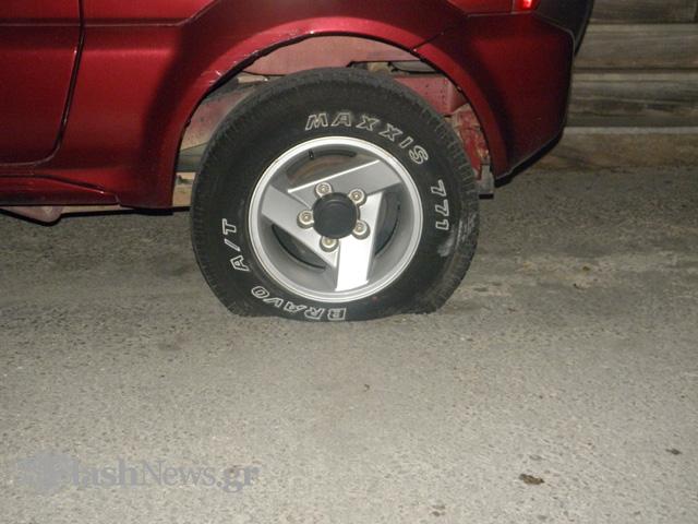 Χανιά: Πήρε σβάρνα τα αυτοκίνητα στον Κουμπέ - Σε κατάσταση σοκ έσκιζε με μαχαίρι τα λάστιχα!