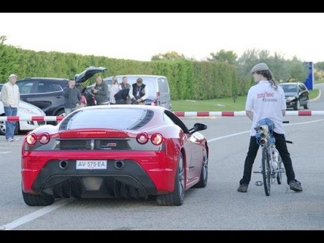 Δείτε ποδήλατο να περνάει σε κόντρα ferrari (video)