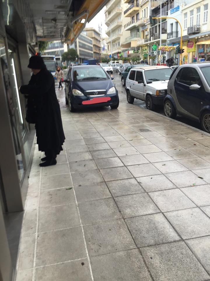 Γαιδουρίστας για Νόμπελ στα Χανιά – Μπέρδεψε το πεζοδρόμιο για δρόμο!