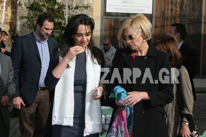 Η σύζυγος του Πρωθυπουργού κάνει βόλτα στο Παλιό Λιμάνι των Χανίων