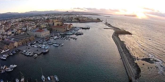 Ένα υπέροχο ηλιοβασίλεμα στο ενετικό λιμάνι των Χανίων από ψηλά!