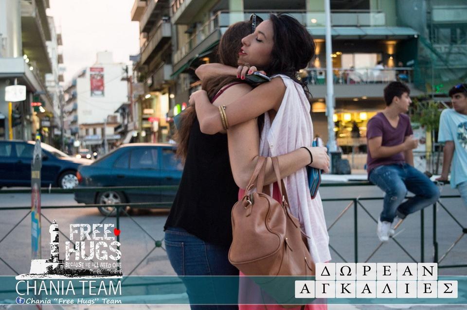 Χανιά: Δωρεάν αγκαλιές στην πλατεία Δημοτικής Αγοράς (Photos)