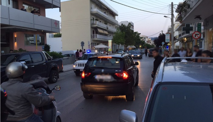 Πιαστήκανε στα χέρια στη μέση του δρόμου στα Χανιά! (φωτο)