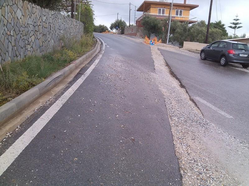 Χανιά: Άφησαν χαντάκι να «χάσκει» στη μέση του δρόμου Κίνδυνος για τους οδηγούς (Photos)