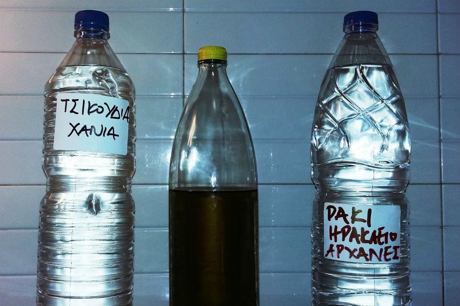 Προσοχή… Κίνδυνος η τσικουδιά σε πλαστικά μπουκάλια
