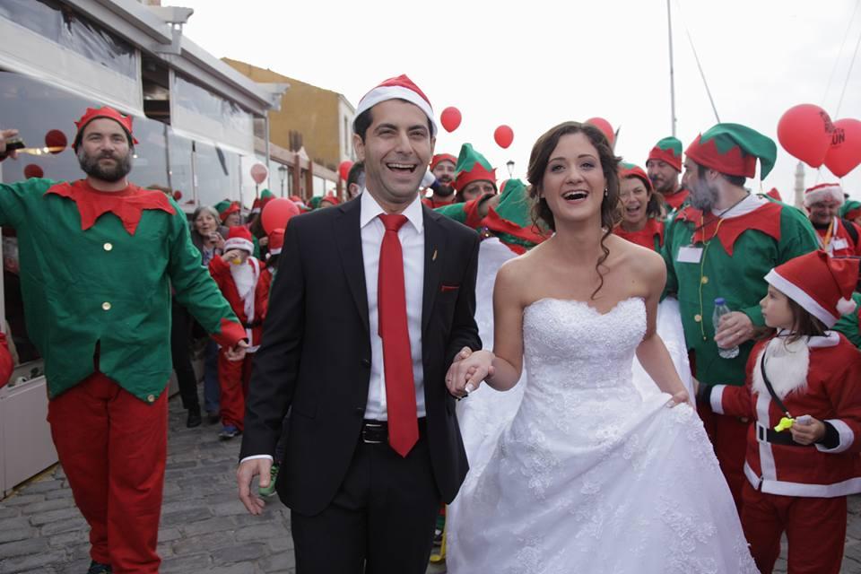 Χανιά: Άφησαν το γάμο και πήγαν… για σκουφάκια! Photos από τη νύφη του Santa Run
