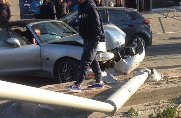 Κρήτη: Αυτοκίνητο καρφώθηκε σε στύλο (Photos)