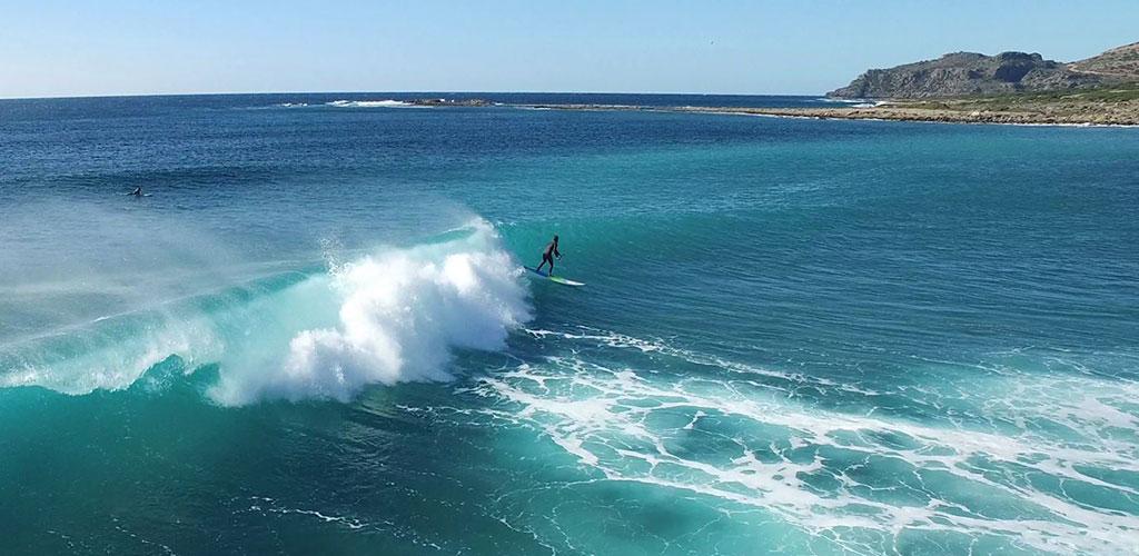 Ο ολυμπιονίκη Νίκος Κακλαμανάκης & το Chania Surf Club σκίζουν τα κύματα στα Χανιά (video)