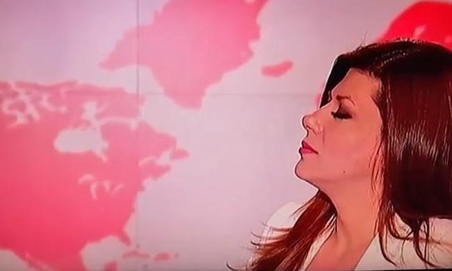 Τεράστια γκάφα στο δελτίο του MEGA - Ξέχασε ότι ήταν στον αέρα η παρουσιάστρια (video)