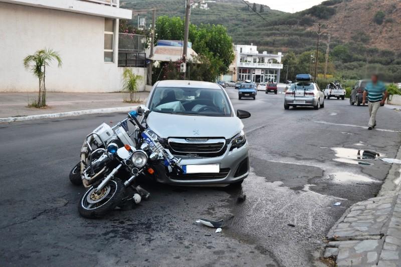 Χανιά: Αυτοκίνητο έπεσε πάνω σε μοτοσικλέτα της Τροχαίας στην Κίσαμο (φωτο)