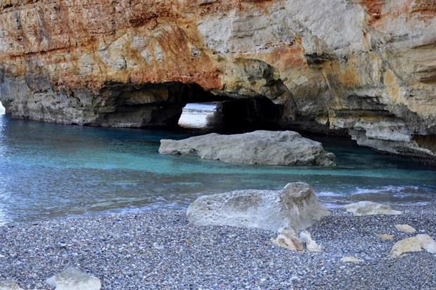 Εντυπωσιακές παραλίες με μυστικές σπηλιές και φώκιες στην Κρήτη (Photos)