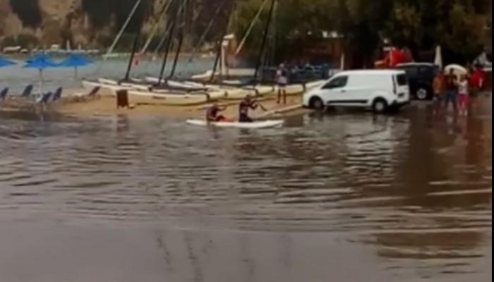 Το είδαμε κι αυτό! Κυκλοφορούν με κανό σε πλημμυρισμένο δρόμο της Αλμυρίδας