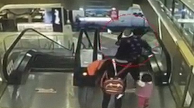 Βίντεο σοκ: Τραγικό τέλος για μωράκι που γλίστρησε από την αγκαλιά της γιαγιάς του και έπεσε στο κενό