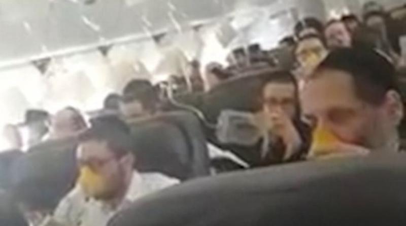 Τρόμος στον αέρα: Οι μάσκες οξυγόνου πέφτουν και οι επιβάτες προσεύχονται για το καλύτερο