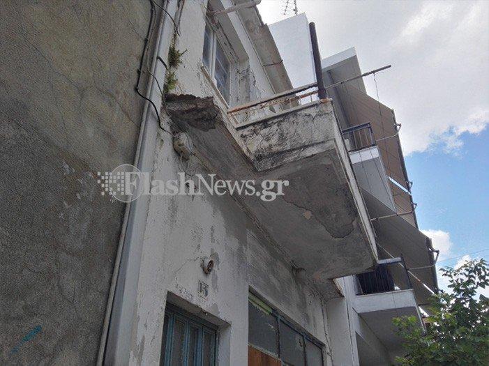Βρέχει κομμάτια σοβά σε πεζοδρόμιο των Χανίων (φωτο)