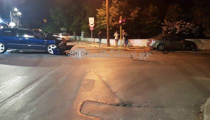 Σφοδρή σύγκρουση αυτοκινήτων σε διασταύρωση στα Χανιά (φωτο)