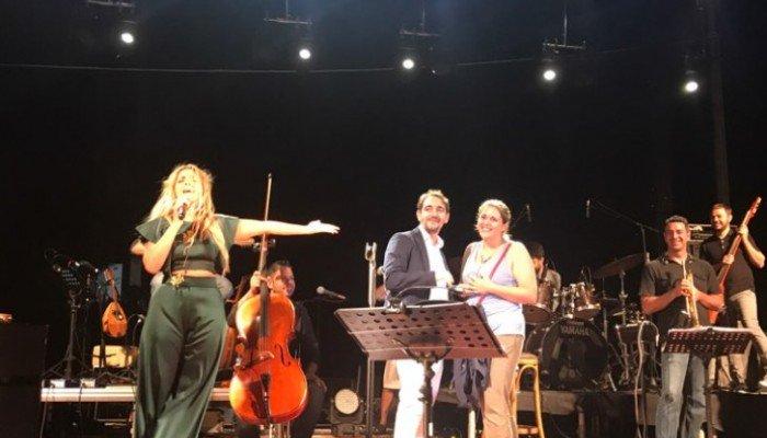 Πρόταση γάμου στη συναυλία της Μποφίλιου στην Κρήτη (φωτό)