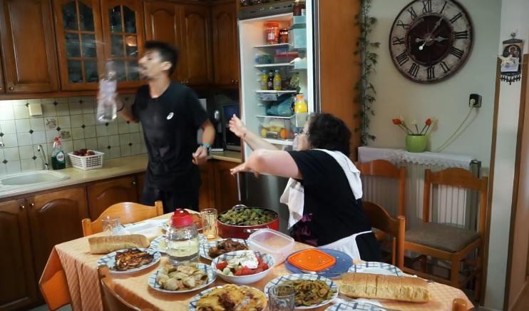 «Ρακή μετά το τρέξιμο»; Δείτε την Κρητικιά μάνα και τη γιαγιά στο νέο ξεκαρδιστικό βίντεο για τον 3ο Ημιμαραθώνιο