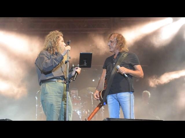 Συγκίνηση: Παπακωνσταντίνου - Ψαραντώνης τραγουδούν Ξυλούρη σε συναυλία στο Ηράκλειο