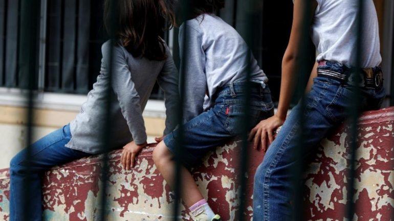 Κρήτη: Μου είπε πως πονάει το χέρι της και κατέρρευσε» - Συγκλονίζει η μαρτυρία για το θάνατο της μητέρας έξω από το σχολείο