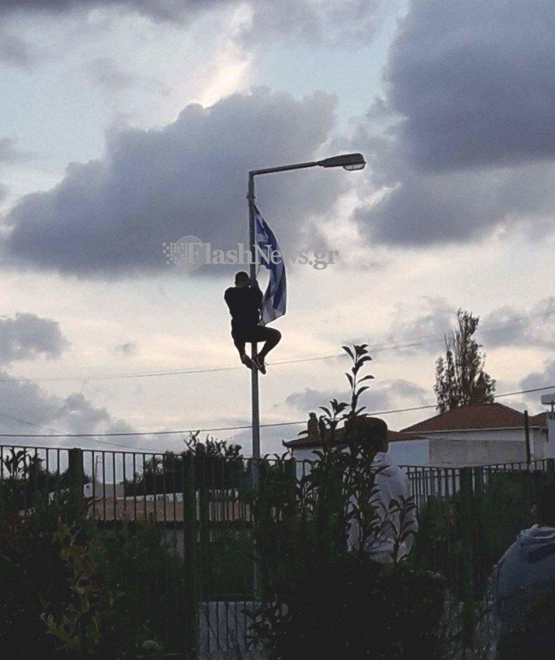 Η απρόσμενη συνέχεια στο σχολείο του μαθητή που τιμωρήθηκε για τη σημαία