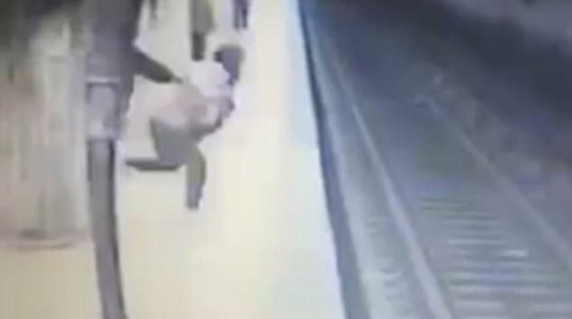 Αδιανόητο βίντεο: Γυναίκα σπρώχνει εν ψυχρω 25χρονη μπροστά σε συρμό του μετρό