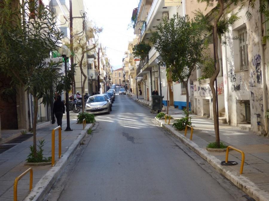Οι κάμερες έπιασαν το δράστη που μαχαίρωνε τα λάστιχα στο κέντρο των Χανίων
