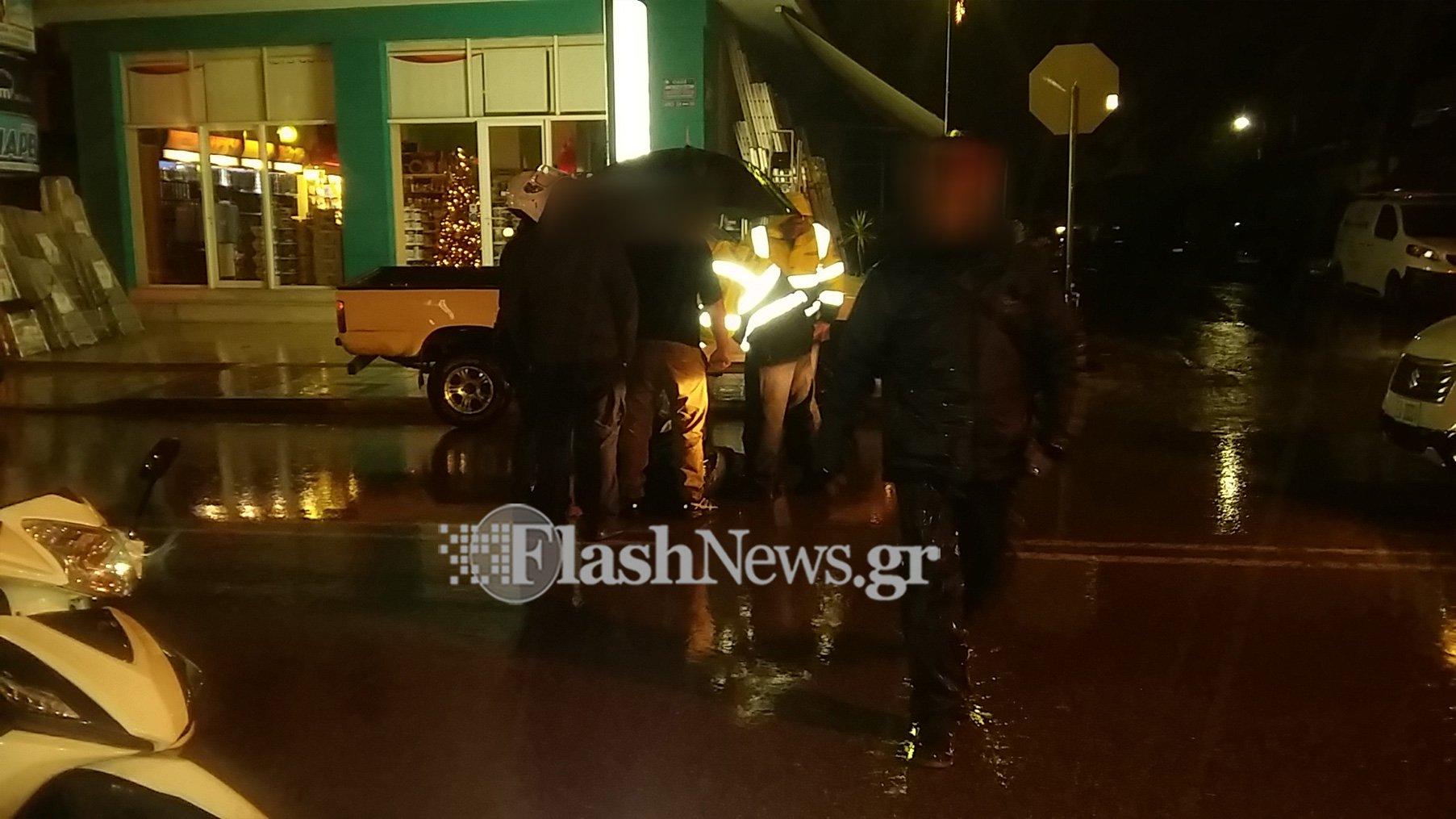 Αυτοκίνητο συγκρούστηκε με οδηγό ντελίβερι στα Χανιά (φωτο)