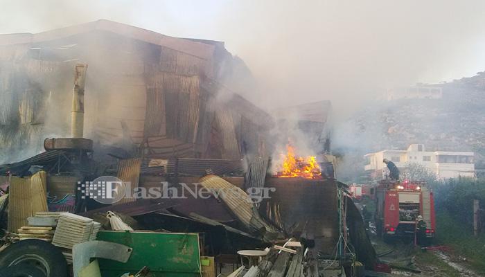 Παρανάλωμα του πυρός αποθήκη ξυλείας στα Χανιά (φωτο)