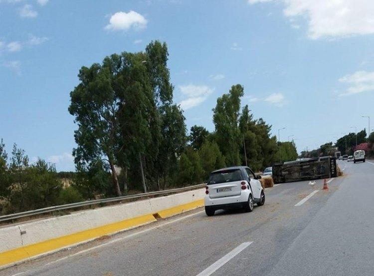 Γέμισε η Εθνική οδός στην Κρήτη  μπάλες σανό