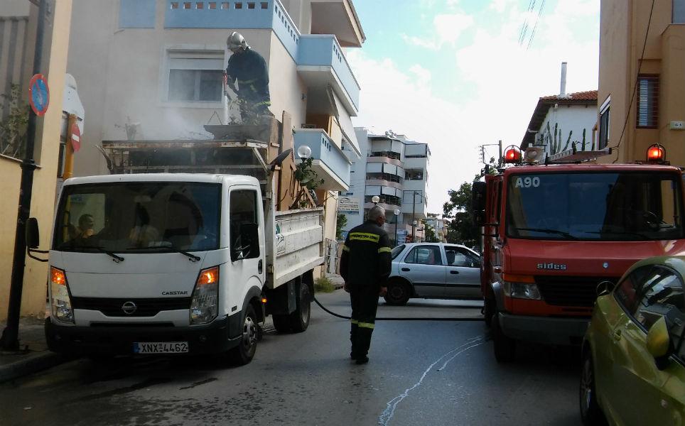 Χανιά: Δεν φαντάζεστε πού σβήνει τη φωτιά ο Πυροσβέστης!(Photos)